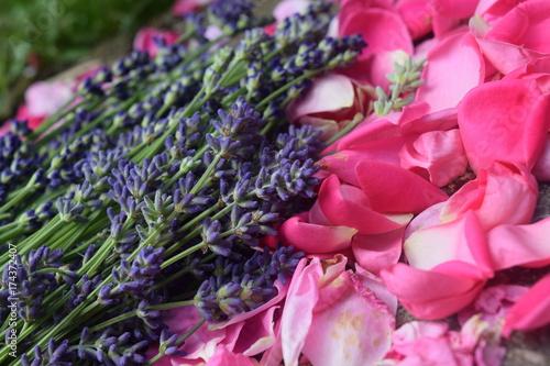 Fotobehang Lavendel Lavender petals alongside rose petals 3
