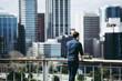都会を見つめる男性