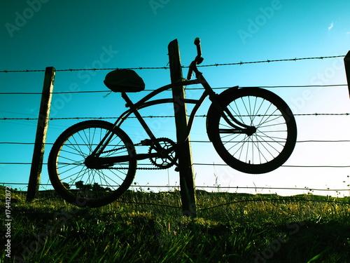 Tuinposter Fiets Fahrrad hängt an einem Stacheldrahtzaun, Neuseeland