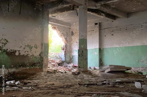 Fotobehang Gebouw in Puin Ruined factory hall