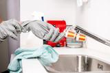 femme de ménage au travail - 174702043
