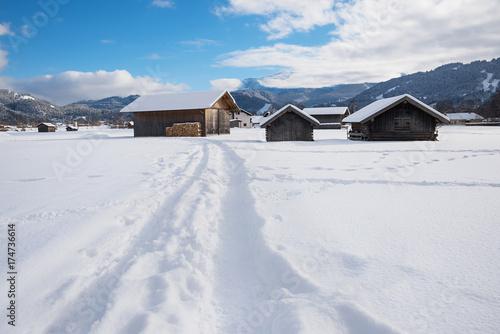 Keuken foto achterwand Weg in bos verschneiter Wanderweg bei Garmisch zwischen den Heuhütten, Oberbayern