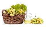 Winogrono w koszu. Olej z pestek winogron - 174772446