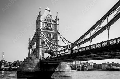 el-puente-de-la-torre-en-blanco-y-negro