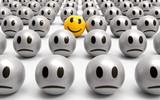Einer ist anders, gelber lächelnder Smiley inmitten grauer Monotonie - 174851034