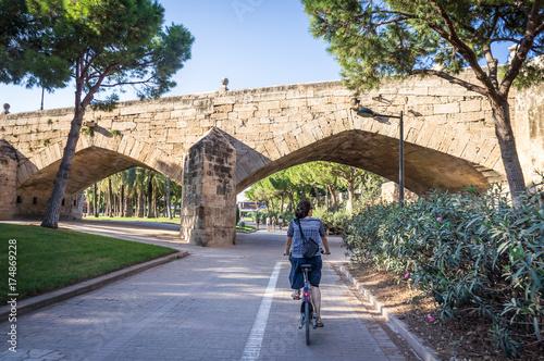 Cycliste dans les jardins du Túria à Valence, Espagne