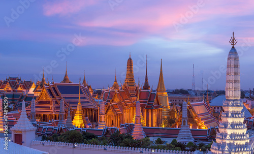 In de dag Bangkok Bangkok Wat Phra Keao and the Grand palace with sunset beautiful sky.