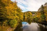 Herbstlandschaft mit Fluss in Deutschland