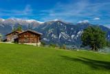 CH, Graubünden, Bauerngehöft in Präz, dahinter die Bündner Dolomiten Piz Ela, Tinzenhorn, Piz Mitgel - 174938420