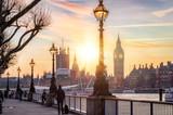 Sonnenuntergang hinter dem Westminster Palast und dem Big Ben in London, Großbritannien