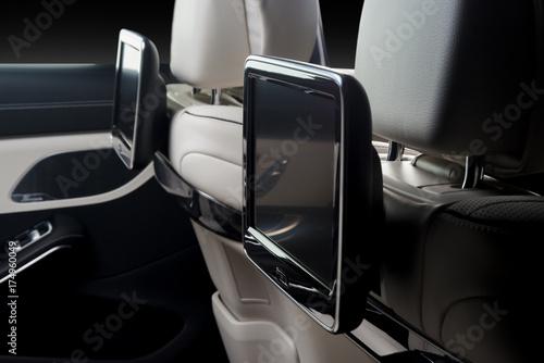 Samochód w środku. Wnętrze prestiżu luksusowy nowożytny samochód. Tylne siedzenia z wyświetlaczami