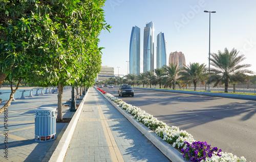 Tuinposter Abu Dhabi Hauptstrasse mit Skyline von Abu Dhabi, Vereinigte Arabische Emirate