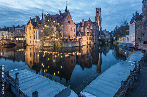 Fotobehang Brugge Rozenhoedkaai and the canals of Bruges at night, Belgium