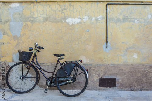 Staande foto Fiets Retro bicycle with basket in front of the old wall, background
