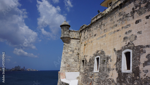 Foto op Aluminium Havana Stone walls and watchtower of El Morro castle in Havana Cuba, sea background