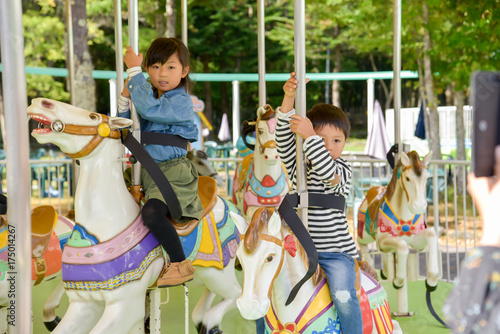 Foto op Aluminium Amusementspark メリーゴーランドに乗る子供