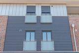 Moderne Fenster in einer grauen Fassade - 175022642