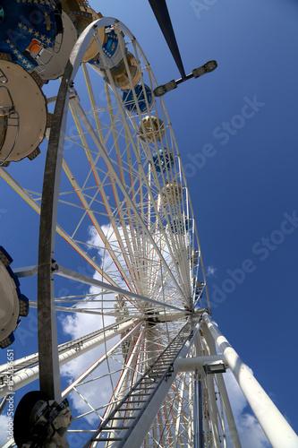 Keuken foto achterwand Amusementspark Riesenrad auf Jahrmarkt vor blauem Himmel, Detailaufnahme