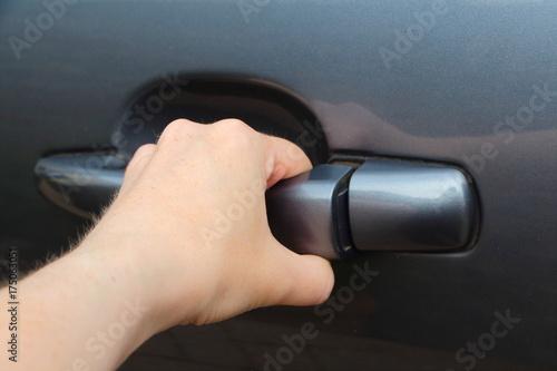Ouvrir une portière de voiture Poster