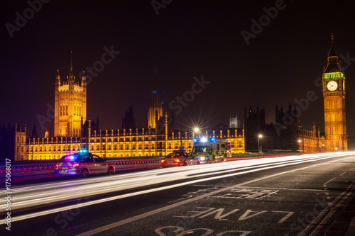 In de dag Londen Police Cars and Ambulance on Westminster Bridge, London at Night