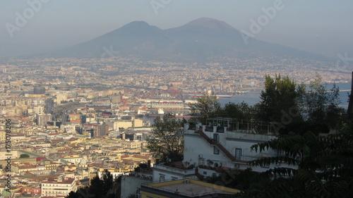 Poster Napels Vista di Napoli, del suo golfo e del Vesuvio, il vulcano che le fa da sfondo.