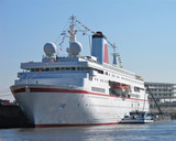 Klassisches deutsches Kreuzfahrtschiff läuft in Hamburger Hafen ein - 175093092