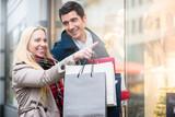 Paar vor Schaufenster beim Einkauf für Weihnachten