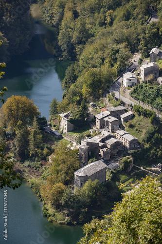 Spoed canvasdoek 2cm dik Toscane Garfagnana, lago e borgo Isola Santa