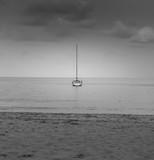Einsames Segelboot ohne gehisste Segel an der Küste von Mallorca - 175209877
