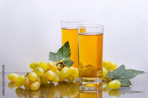 Keuken foto achterwand Sap Виноградный сок и гроздь винограда