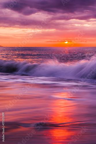 Foto op Canvas Ochtendgloren Traumhafter Sonnenaufgang am Meer