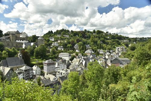 Le centre historique de la ville de Monschau en Allemagne au fond de la vallée verdoyante de l'Oer ,dans le massif de l'Eifel