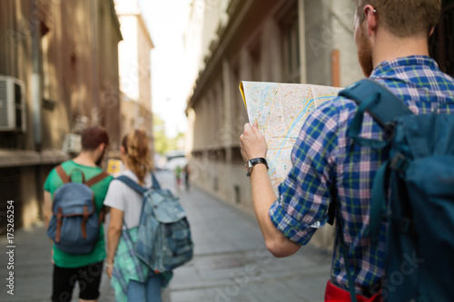 Foto Murales Tourist holding map and sightseeing in city