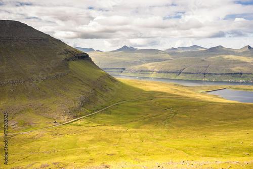 Tuinposter Oranje Paysage de montagnes en Europe du nord dans les Iles Féroé