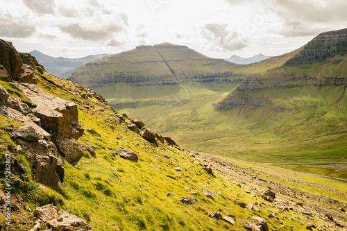 Foto op Plexiglas Honing Paysage de montagnes en Europe du nord dans les Iles Féroé