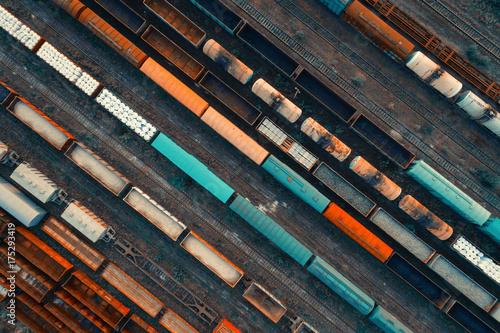 Widok z lotu ptaka kolorowi pociągi towarowi na staci kolejowej. Cargo pociągi z bliska. Wagony z towarami na kolei. Przemysł ciężki. Przemysłowa konceptualna scena z pociągami. Widok z góry. Zabytkowy styl