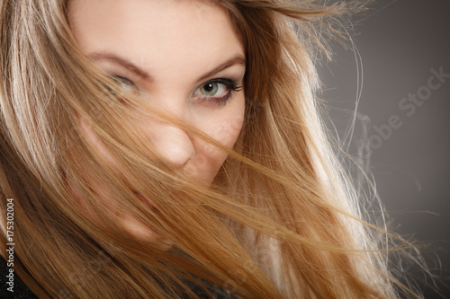 Aluminium Kapsalon Gorgeous blonde woman with open waving hair.