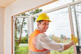 Mann als kompetenter Fenstermonteur - 175305640