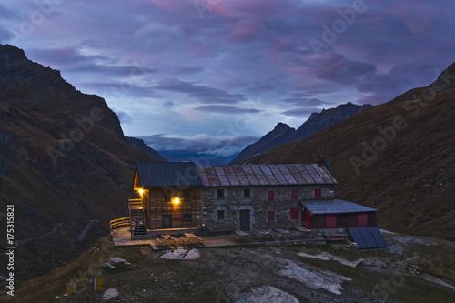 Poster Grijze traf. il rifugio alpino al calar del sole