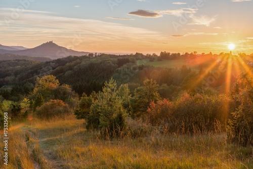 Fotobehang Beige Sonnenuntergang im Herbst mit Blick auf die Burg Hohenzollern, Deutschland