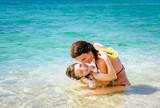 mutter und kind baden im meer - 175357259