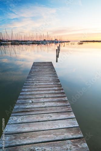 Deurstickers Ochtendgloren Segelboote am Neusiedlersee bei Rust bei Sonnenaufgang
