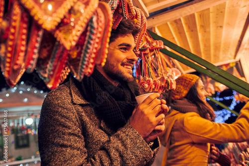 Papiers peints Chocolat Enjoying Christmas Market