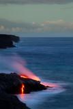 Glühende Lava fließt ins Meer im Hawaii Volcanoes Nationalpark auf Big Island, Hawaii, USA. - 175443671