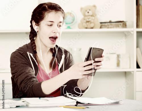 Póster Girl using phone