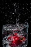 Splash de agua en copa con fondo negro - 175476096
