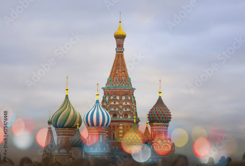 Papiers peints Moscou Moscow, The Cathedral of Vasily the Blessed and tourists at Red square in Russia