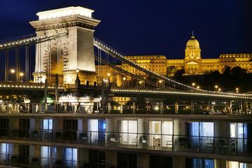 Budapest, Blick auf den Burgberg mit Nationalgalerie und die Kettenbrücke, vorn: Kreuzschiff