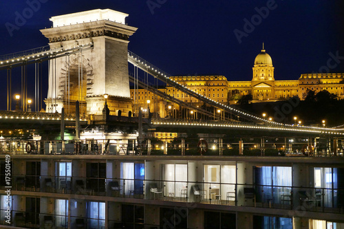 Budapest, Blick auf den Burgberg mit Nationalgalerie und die Kettenbrücke, vorn: Poster