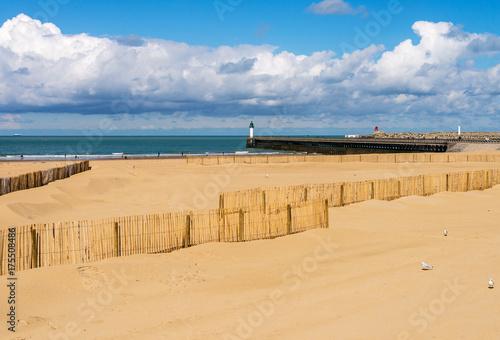 Foto op Canvas Beige plage de Calais et son phare